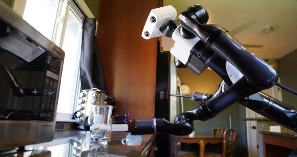 ربات تویوتا میزها را تمیز میکند و از خودش سلفی میگیرد!